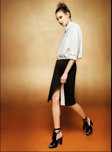 Kaos. l'eleganza della sera è sostenuta da una camicia in viscosa abbinata a una longutte geomerica in stile blake&white.