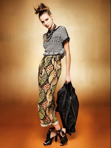 Kaos. Nell'outfit più estroso non possono mancare i fiori, usati su pantaloni dalla linea dritta.