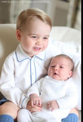 Ancora un sorriso per i due fratellini in posa