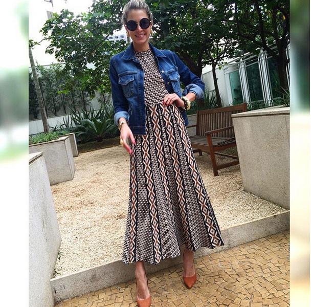 Giubbotto di jeans a abito a ruota per uno stile vintage anni '50. Photo credits: @helenabordon on Instagram