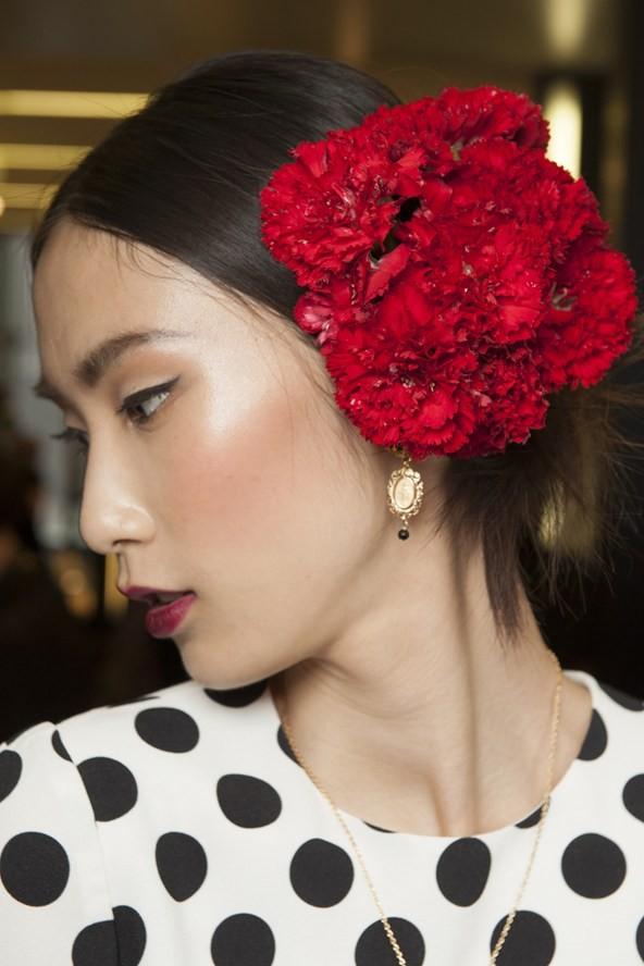 ose, fiori di vario genere sui capelli sono il trend più discusso e vista di quest'anno.