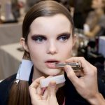 Backstage Dior - applicazione del Lip Maximizer