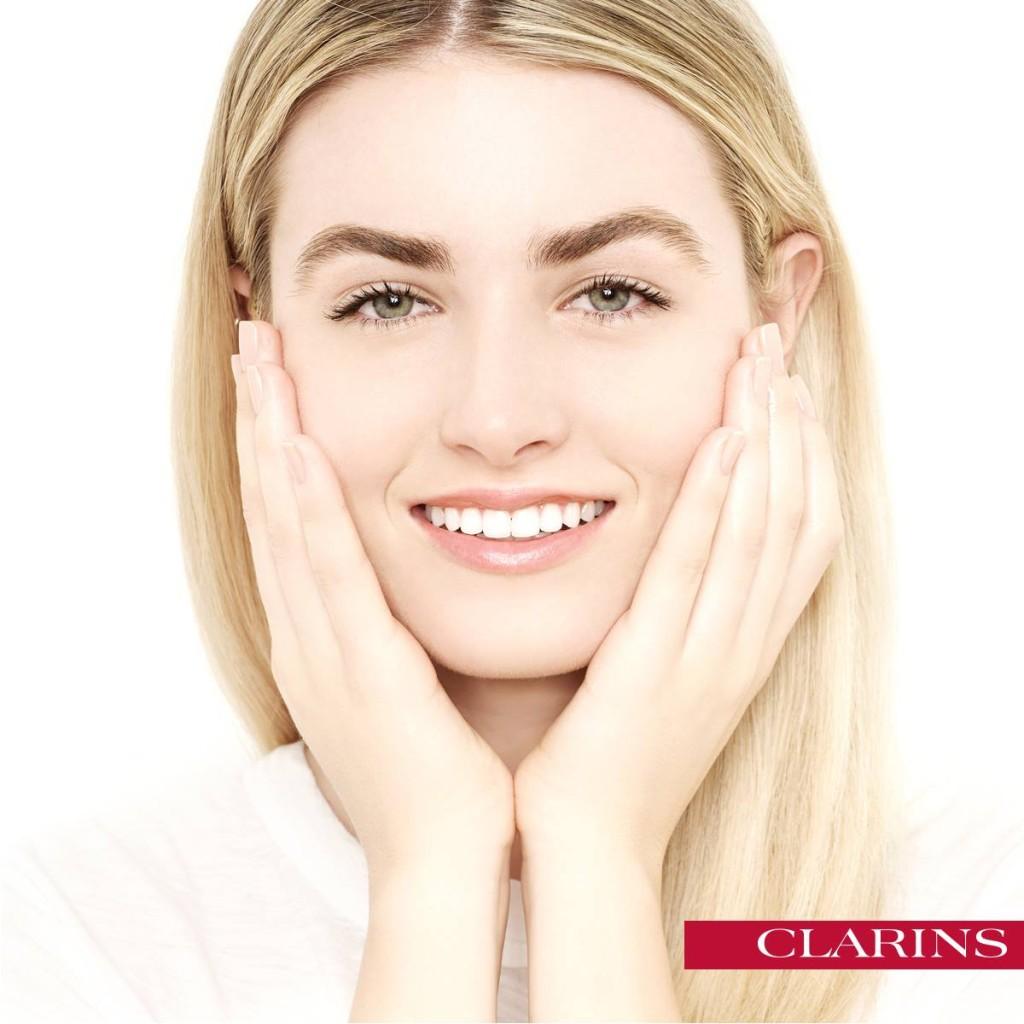 Clarins - massaggio del siero su tutto il viso