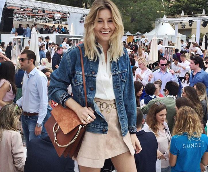 La gonna corta è ideale per comporre un look casual col giubbotto di jeans. Photo credits: @camillecharrière on Instagram