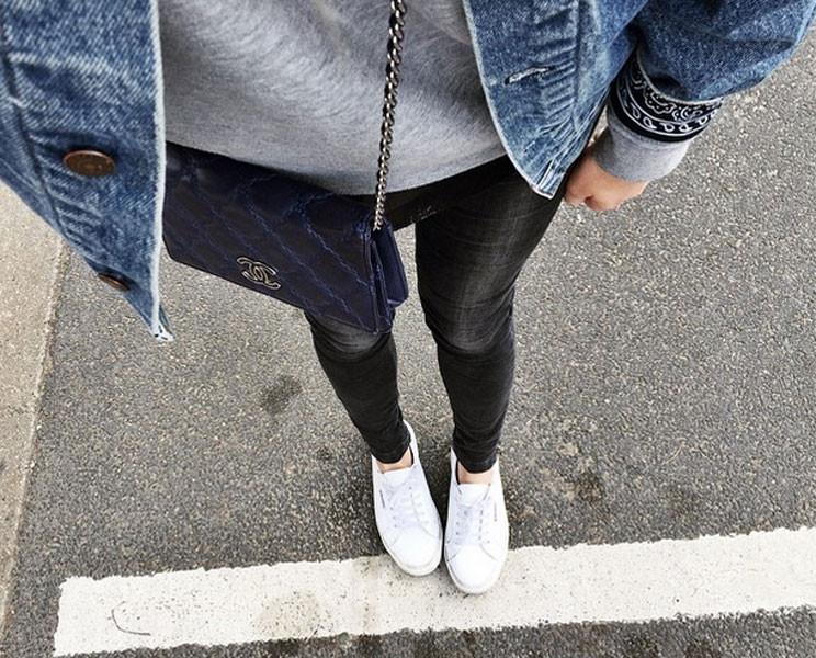 Stile rock con dettaglio glamour la pochette Chanel. Photo credits: @camillecharrière on Instagram