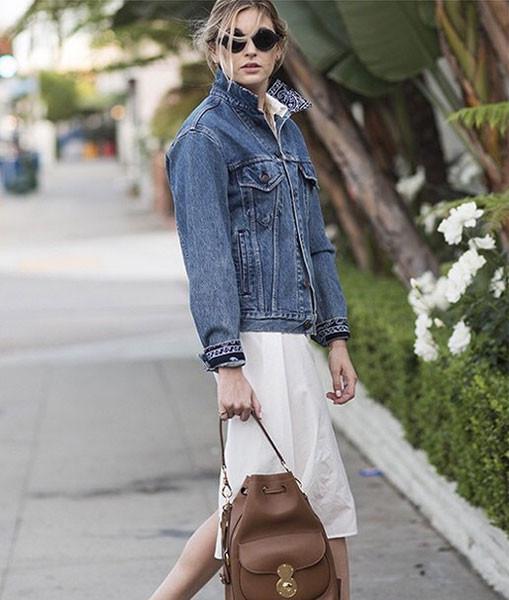 Il giubbotto di jeans rubato dall'armadio di lui è so chic. Photo credits: @camillecharrière on Instagram