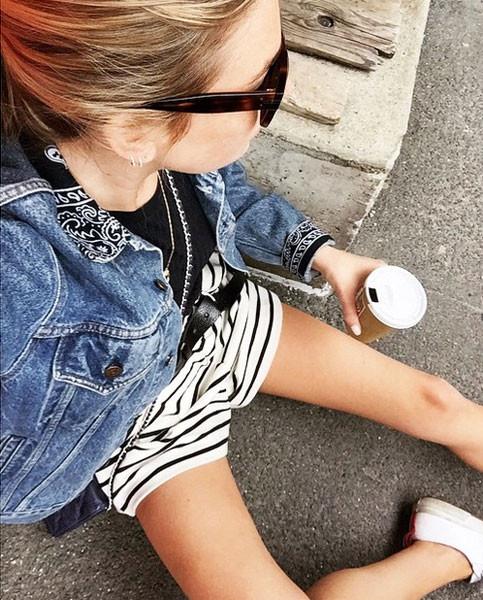 Con un paio di short lo stile è casual. Photo credits: @camillecharrière on Instagram