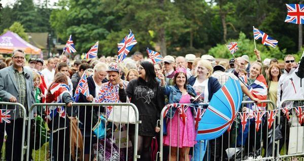 Inglesi in festa fuori dalla chiesa per il battesimo di Charlotte