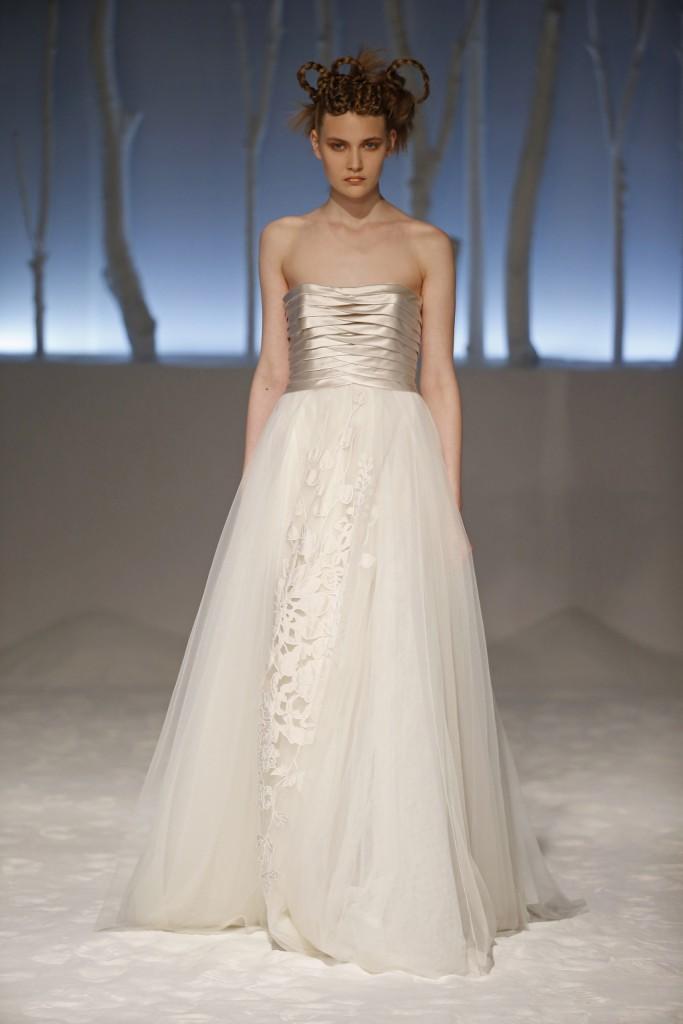 abito-da-sposa-con-corpetto-lavorato in bianco argento