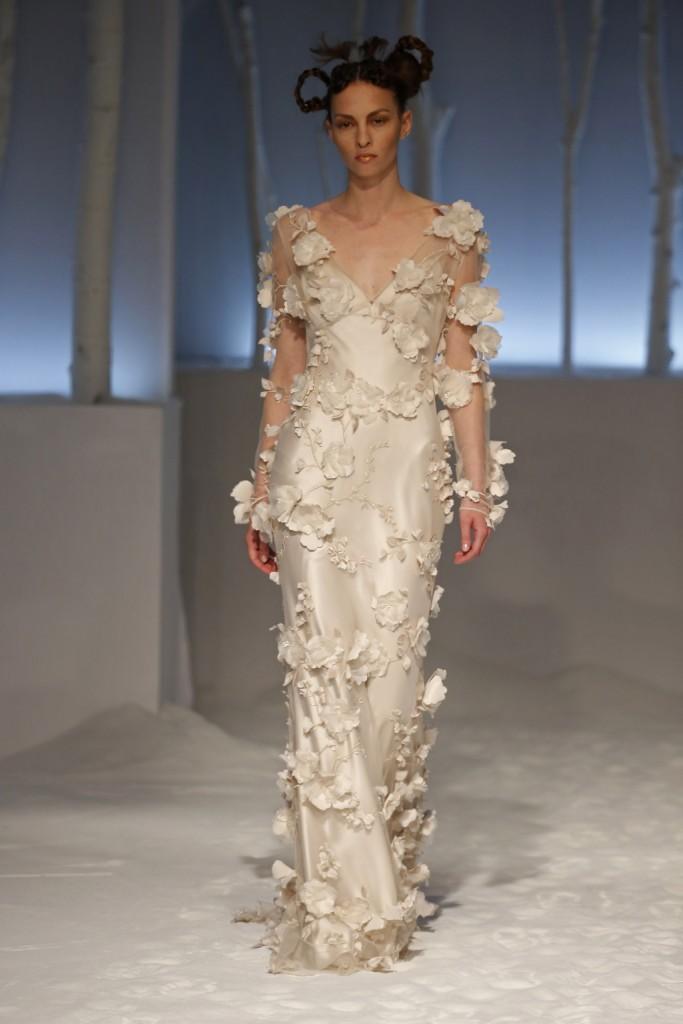 abito-da-sposa-modello-scivolato-con-applicazioni-floreali-in-3d
