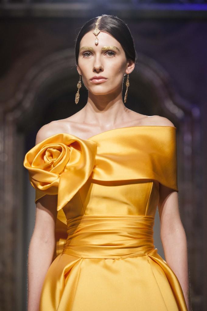 Splendido abito da Sposa colore arancione con fiore in tessuto