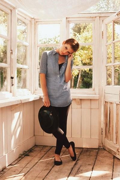 Emma Watson con un look perfetto per la scuola: leggins, maxi camicia e ballerine