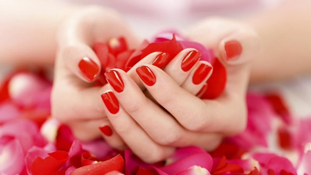 Nella vita quotidiana, senza accorgersene si possono fare movimenti che compromettono la durata e la resistenza delle nostre unghie