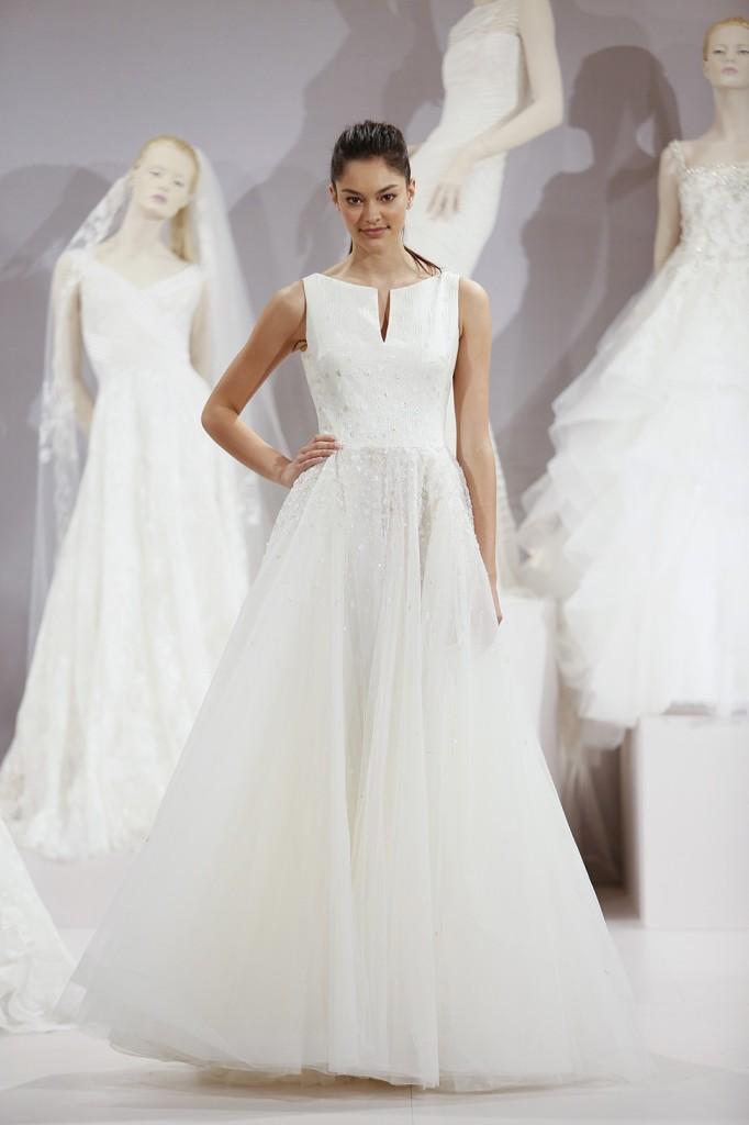 abito da sposa bianco  con punti luce e gonna in tulle
