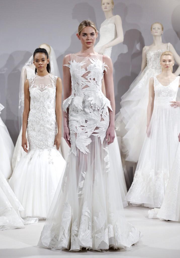 abito da sposa bianco modello a sirena con particolari applicazioni floreali