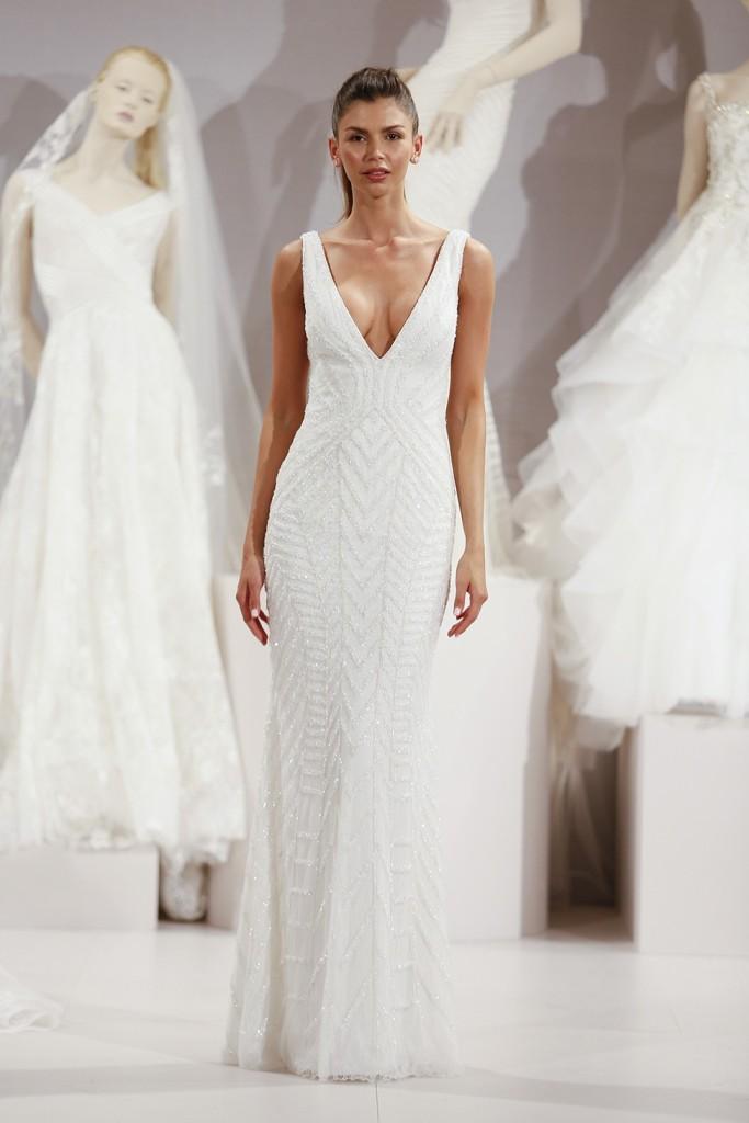 abito da sposa bianco modello a sirena con scollatura profinda a V