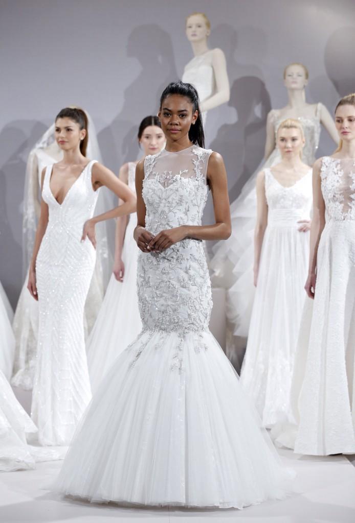 abito da sposa bianco modello a sirena interamente ricamato