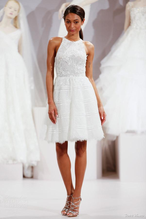 abito da sposa corto con ricami sul corpetto