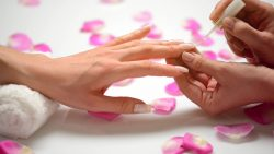 Usate basi e prodotti specifici per rinforzare le unghie