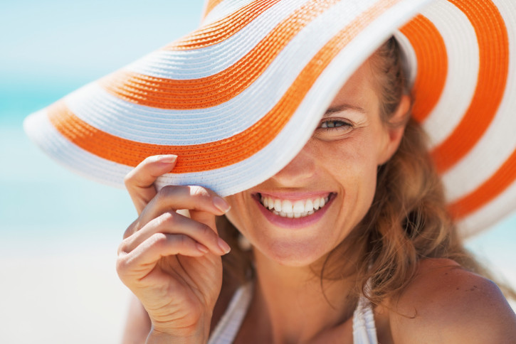 Macchie solari e cicatrici: come proteggerle al sole