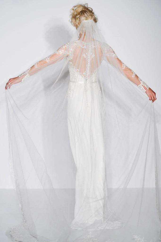 abito bianco dettaglio schiena  con decorazioni in pizzo e organza