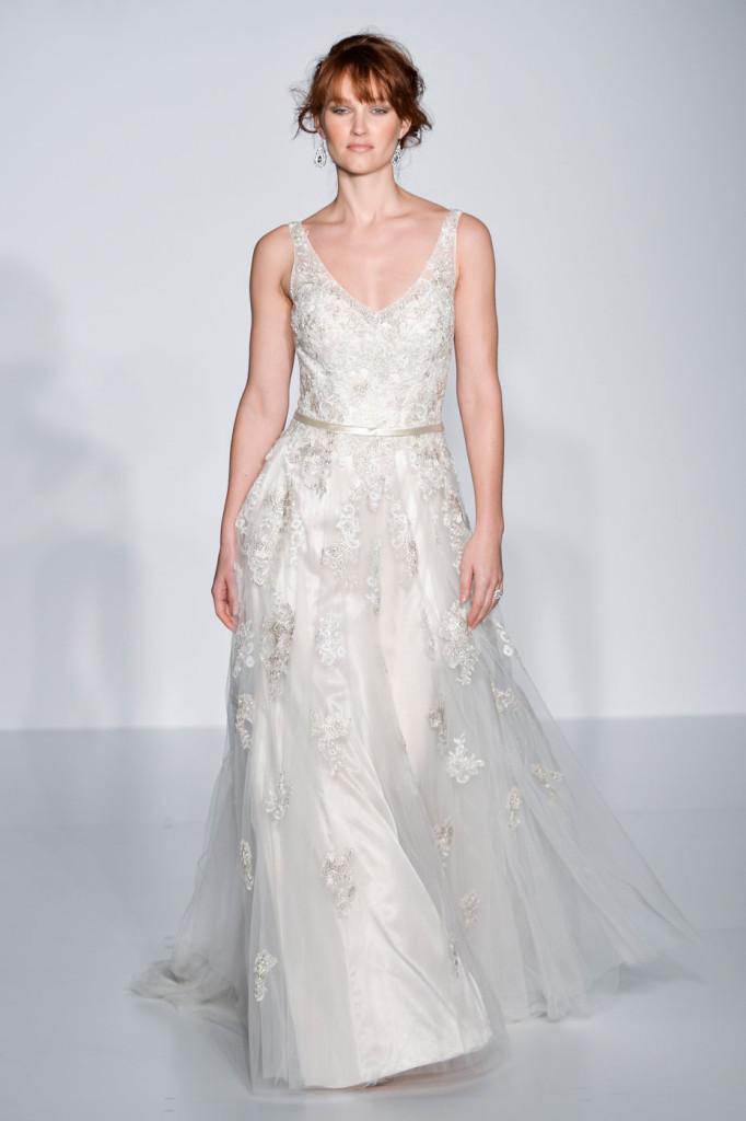 abito bianco modello ad A  con decorazioni in pizzo con scollatura a v
