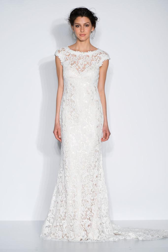 abito bianco completamente decorato e ricamato in pizzo macramè.