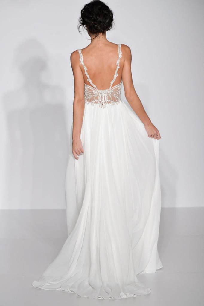 abito bianco dettaglioschiena con decorazione in organza