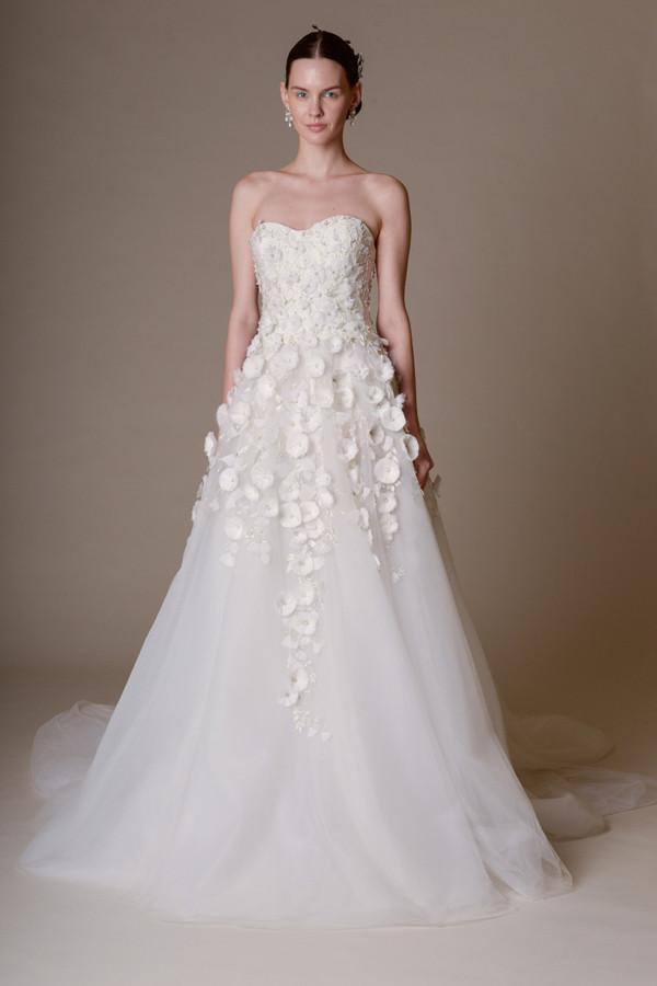 Abito da sposa con splendide applicazioni floreali fino alla gonna ampia in tulle