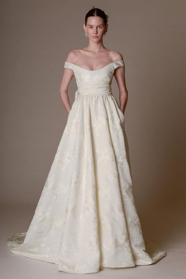 Abito da sposa con gonna ampia in seta e disegni luminosi
