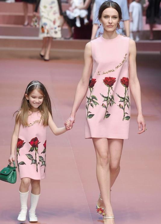 Dolce e gabbana abito sfondo rosa