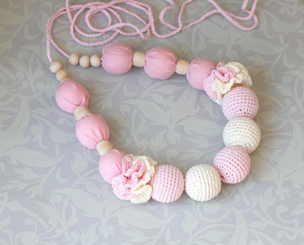 Collana realizzata all'uncinetto per dentizione neonato versione rosa