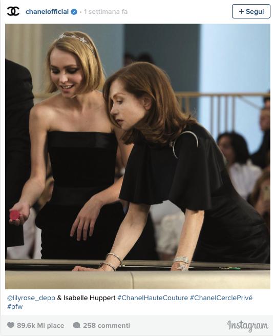 La partecipazione di Lily-Rose all'ultima sfilata Chanel haute couture, insieme alla madre e alle altre muse della maison come Kristen Stuart e Julianne Moore, è stato il primo indizio dell'entrata della ragazza nel firmamento di stelle Chanel.