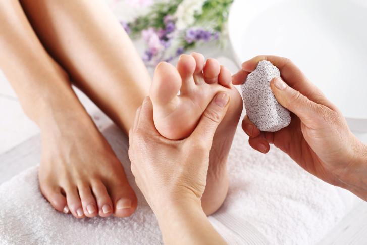 scrub piedi con pietra pomice