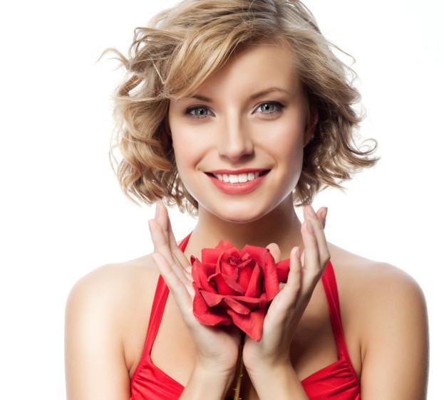 f3d3598954e9 Una bella bocca scarlatta · Un trucco leggero mette in risalto il rosso del  vestito ...