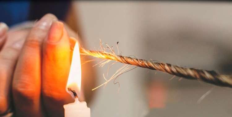 La velaterapia viene effettuata per mezzo della fiamma di una candela