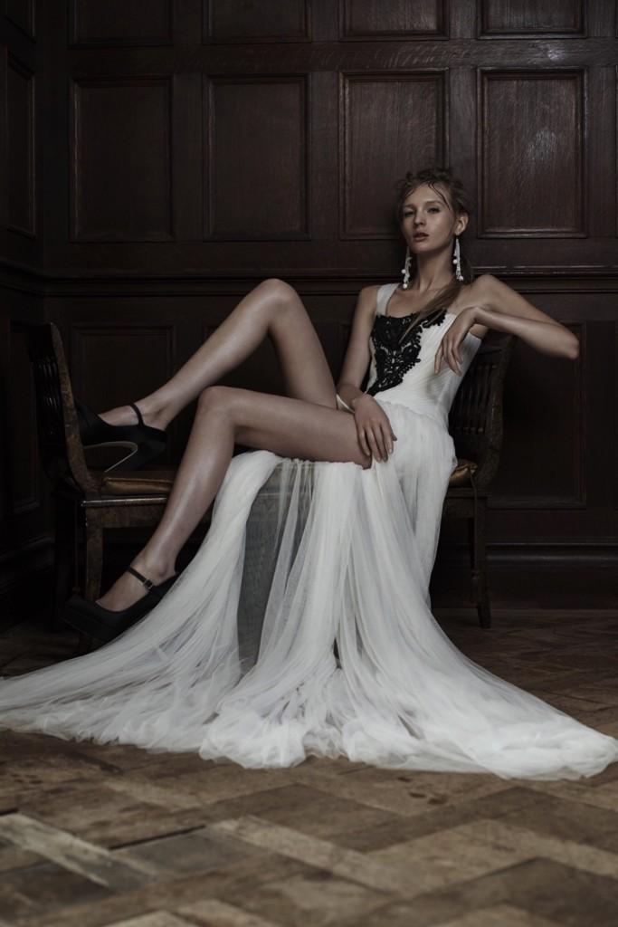 006d3ea8cb7775 Abito da sposa bianco modello lineare con corpetto decorato con ricami neri  e gonna in tulle