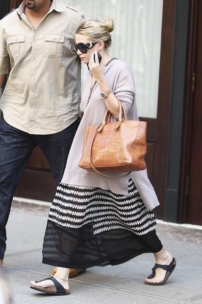 Ashley Olsen indossa la classica pianella a infradito nera con una gonna lunga bianca e nera
