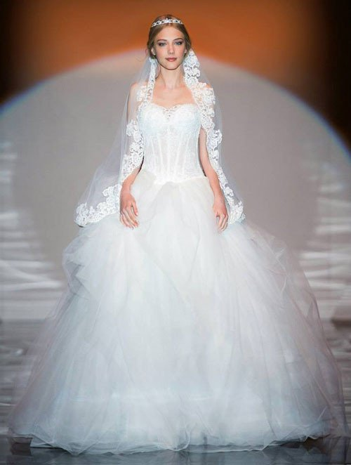 abito bianco modello ad A con bustier e pizzo sull'abito e sul velo