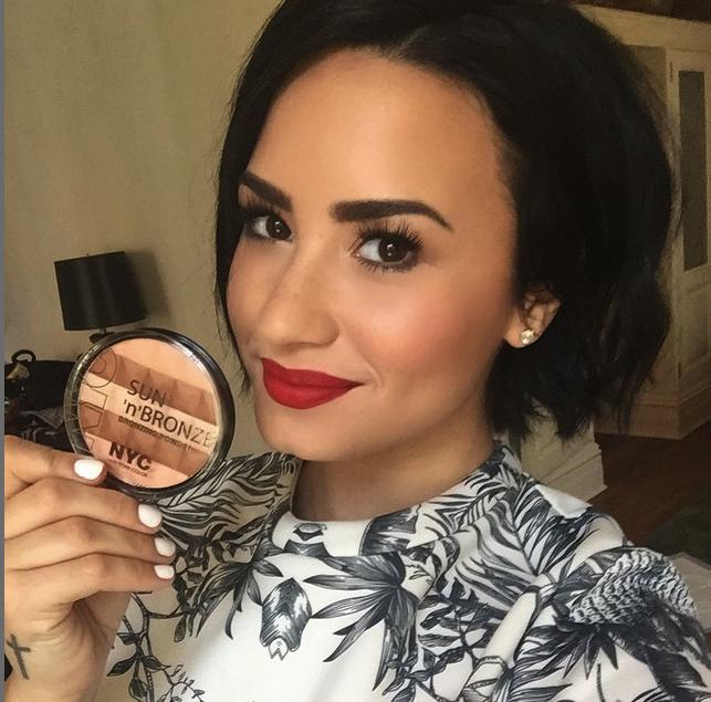 Dami Lovato_Un make up naturale sugli occhi con labbra rosse