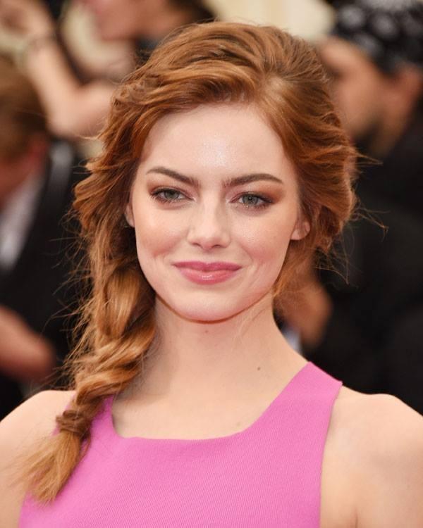 Emma Stone con un make up sui toni del rame e del marrone.