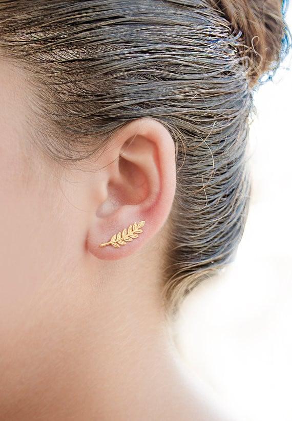 Ear cuff minimalista con foglie dorate, possibilità di scegliere il materiale, a partire 20,27 euro su Etsy