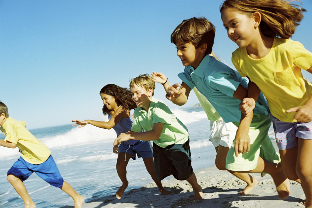 divertirsi con altri bimbi sulla spiaggia