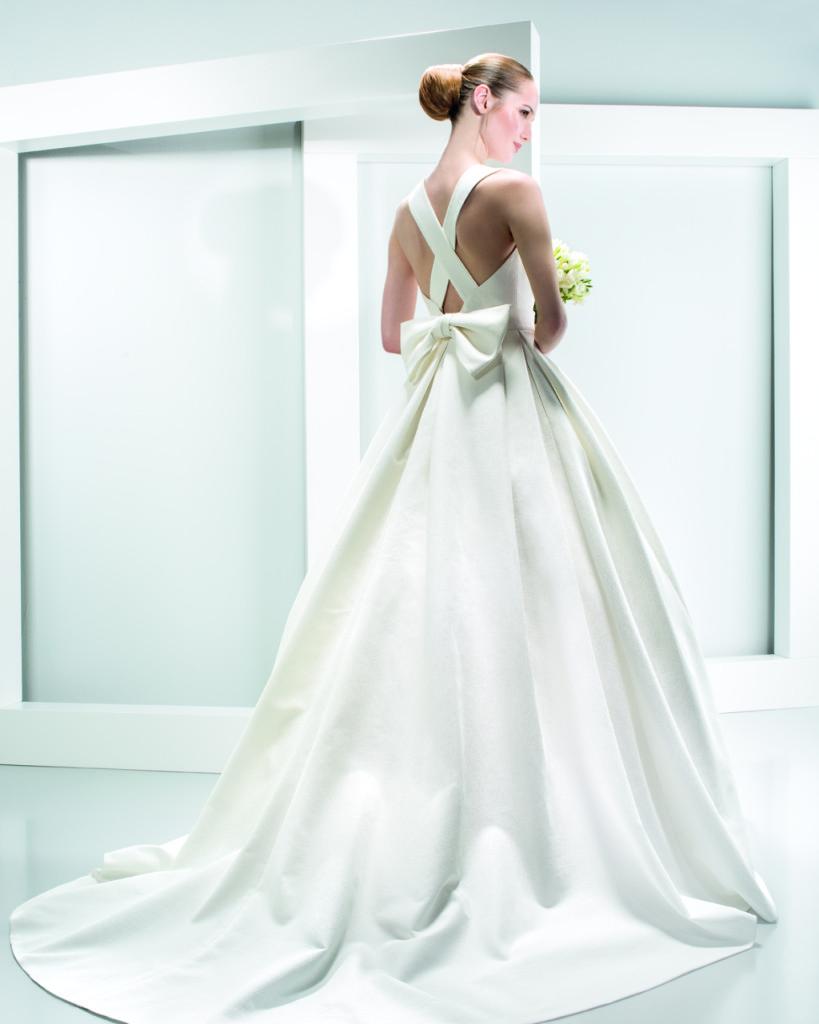 modello ad A liscio bianco in seta con ampia gonna e dettaglio fiocco