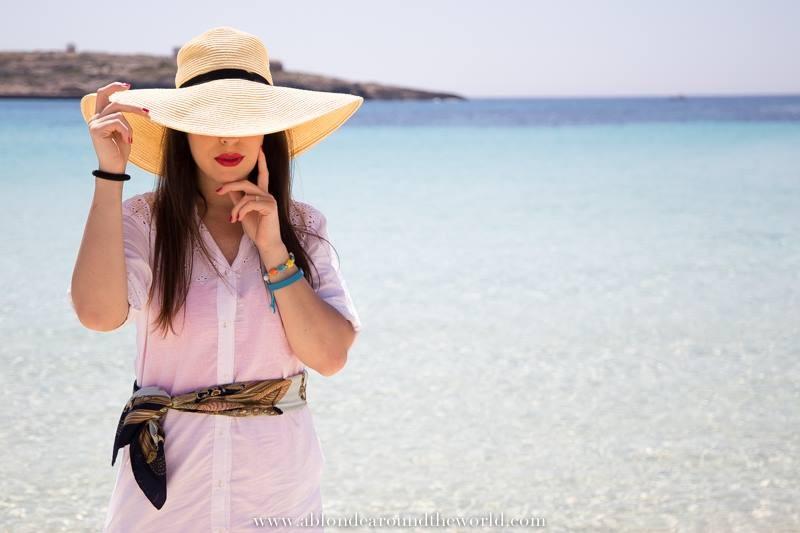 Il cappello in paglia  è perfetto da indossare in estate ed in spiaggia abbinato ad una camicia oversize come ci mostra la blogger  Nunzia Cillo