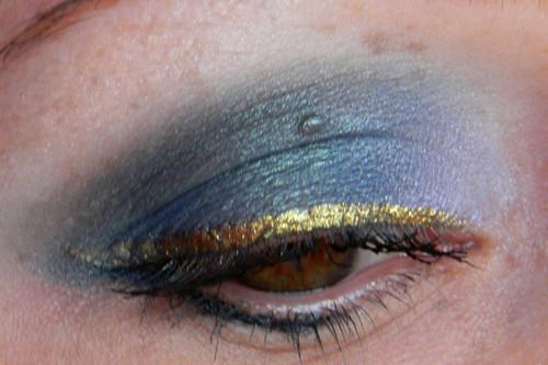 Pixie Tears di Neve Cosmetics utilizzato su tutta la palpebra e sfumato bene per ottenere uno smokey arricchito da un eyeliner color oro.