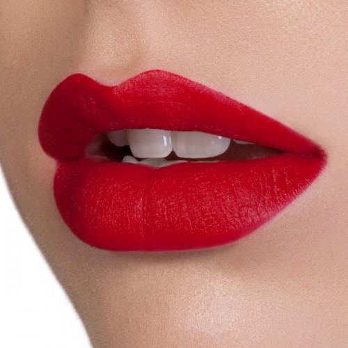 Rouge Mon Amour di Nabla applicato sulle labbra.