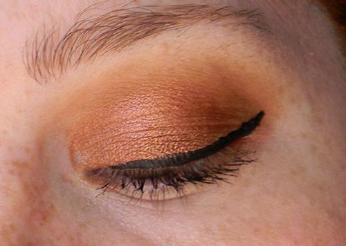Rust di Nabla applicato insieme a Caramel sempre del brand abbinato a una riga di eyeliner nero.
