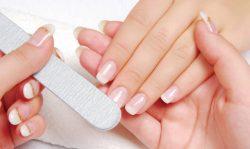 Quando procedete con a manicure ricordate sempre di limare regolarmente le unghie.