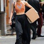 L'attrice, cantante e ballerina Vanessa Hudgens utilizza spesso le Birkenstock nei suoi outfit.
